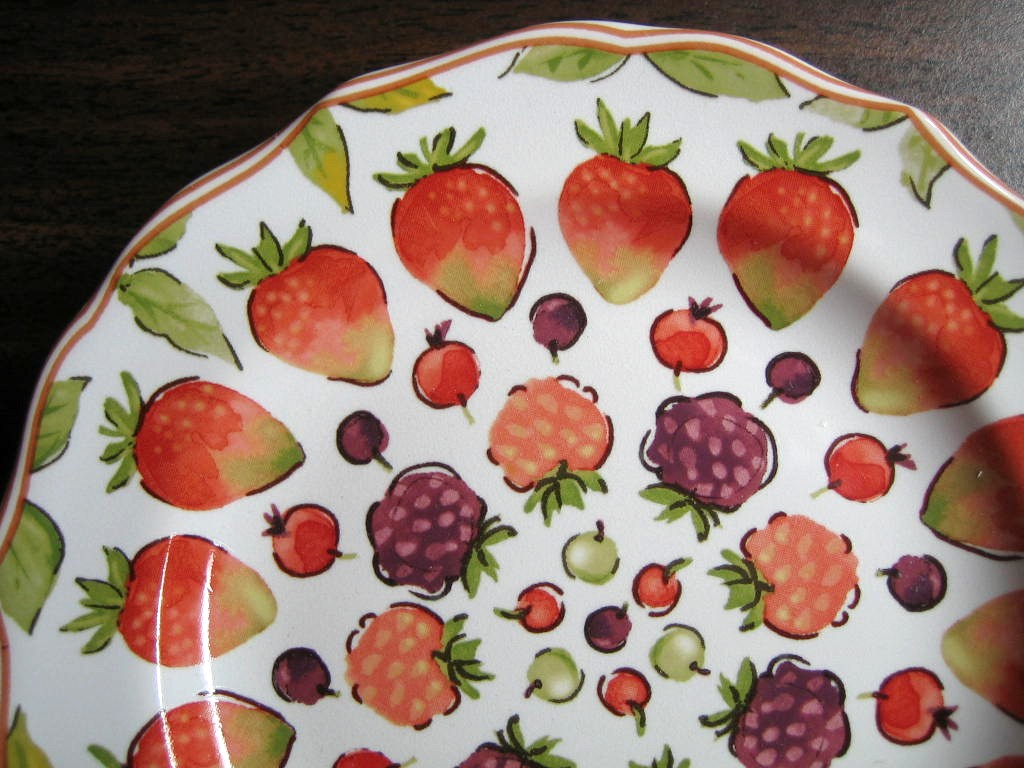Sweet Summer Berries Scalloped Edge Mini Plate Edge www.DecorativeDishes.net