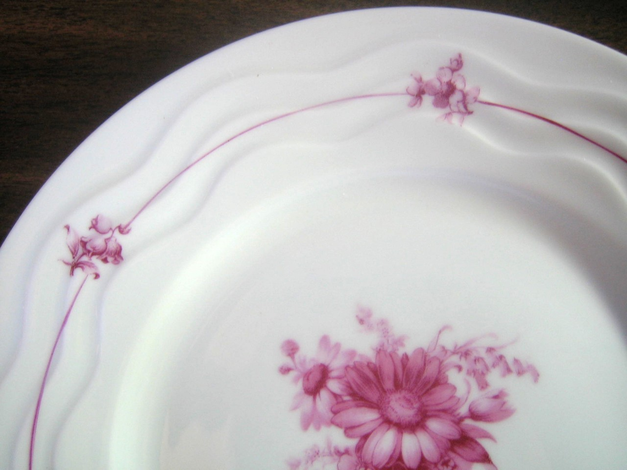 Fuschia Daisy Tulip Fine White Porcelain Wavy Edge Plate Portugal Edge www.DecorativeDishes.net
